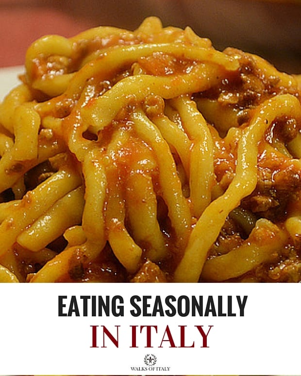 Eating seasonally in Italy, like this big plate of pici al ragu di cinghiale in the fall, is easy if you know what to eat when. Check out our helpful guide!