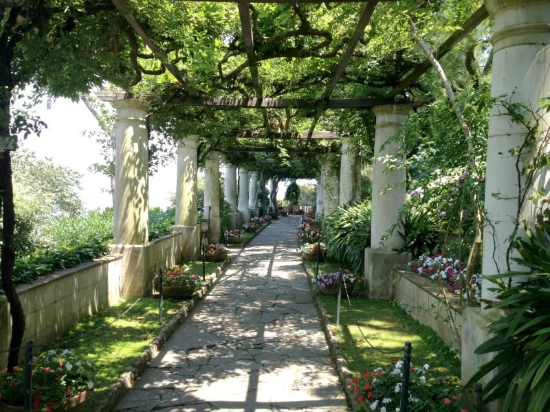 What to do in Capri? Visit gardens