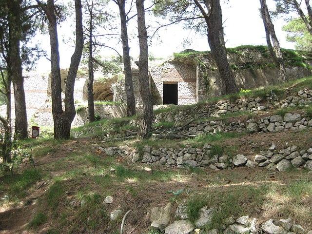 Walking trail to Villa Jovis. Photo by Mcc4985 (Wikimedia Commons)